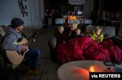 Teksas'ın Pflugerville kentinde elektrikleri kesilen bir aile.