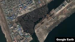 지난해 11월 청진항 일대에서 촬영된 북한 목선들. 예년과 달리 대부분 수개월 째 운항을 하지 않은 채 같은 자리를 지키고 있다. 자료=Maxar Technologies / Google Earth