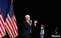 El vicepresidente Mike Pence aplaude en el Centro de Convenciones de Charlotte en Charlotte, el lunes 24 de agosto de 2020.