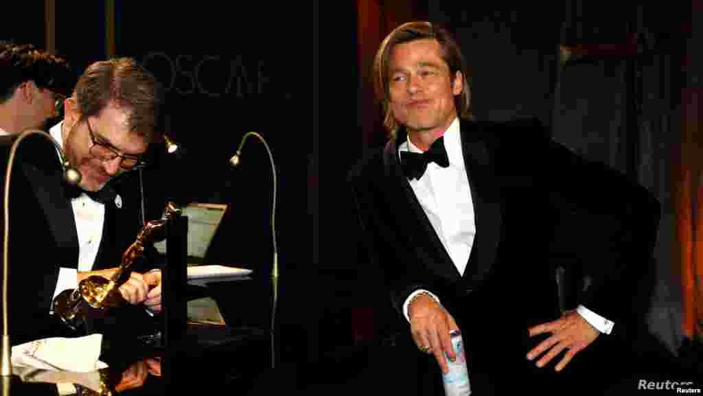 미국 로스앤젤레스에서 열린 제92회 아카데미시상식 후 '거버너스 볼' 축하연에 참석한 남우조연상 수상자 브래드 피트가 오스카 트로피에 이름이 새겨지기를 기다리고 있다.