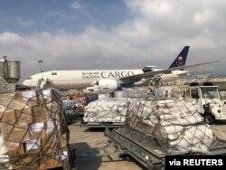 Anggota staf Pusat Bantuan dan Bantuan Kemanusiaan Raja Salman menurunkan bantuan kemanusiaan di Bandara Internasional Beirut menyusul ledakan di Lebanon, 7 Agustus 2020. (Foto: via Reuters)