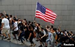 香港抗议者手持美国国旗
