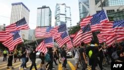 反送中人士持美國國旗遊行。
