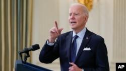 조 바이든 미국 대통령이 4일 백악관에서 코로나 백신 접종 목표에 관해 연설하고 있다.