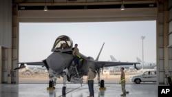 ພາບນີ້ຖ່າຍໃນວັນທີ 5 ສິງຫາ 2019, ໄດ້ຖືກເປີດເຜີຍໂດຍ ກອງທັບອາກາດສະຫະລັດ ຂອງເຮືອບິນລົບ F-35 ແລະນັກບິນ ພ້ອມດ້ວຍທີມງານ ກຳລັງກຽມພ້ອມເຮືອບິນສຳລັບພາລະກິດ ຢູ່ທີ່ຖານທັບອາກາດ ອາລ-ດາຟຣາ (Al-Dhafra) ຢູ່ໃນສະຫະລັດອາຣັບເອເມີເຣັສ.