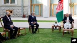 (Chapdan) AQShning Afg'oniston bo'yicha maxsus elchisi Zalmay Halilzod, Afg'onistonning Tinchlik bo'yicha oliy kengashi raisi Abdulla Abdulla va Prezident Ashraf G'ani