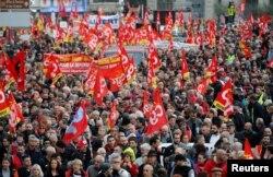 Muchos salieron a las calles en Francia con demandas al gobierno de Emmanuel Macron.
