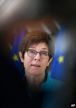 Menteri Pertahanan Jerman Annegret Kramp Karrenbauer membuat pernyataan saat ia tiba untuk pertemuan para menteri pertahanan Uni Eropa di gedung Dewan Eropa di Brussels, Kamis, 6 Mei 2021. (Foto: AP)