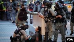 중국의 '홍콩 국가보안법'이 본격 시행된 첫날이자 홍콩 주권 회귀 23주년 기념일에 홍콩 경찰이 시위대를 체포하고 있다.