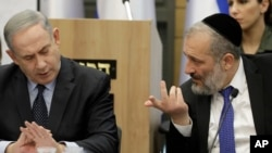 Umushikiranganji wa mbere wa Isirayeli Benjamin Netanyahu yumviriza umushikiranganji w'intwaro mu gihugu, Aryeh Deri during i Jerusalemu