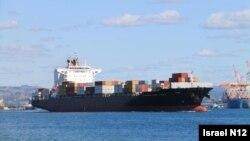 نمایی از کشتی باری که گزارش شده هدف موشک قرار گرفت