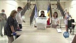 На дострокових парламентських виборах у Молдові впевнену перемогу отримала партія Маї Санду. Відео