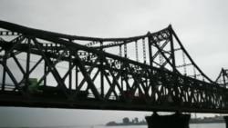 2017年8月初,货运车辆在鸭绿江中朝友谊桥上鱼贯而行。(网友提供)
