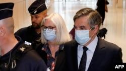 Mantan perdana menteri Perancis Francois Fillon dan istrinya, Penelope Fillon, meninggalkan gedung pengadilan Paris setelah pembacaan putusan, Senin, 29 Juni 2020.