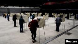 北達科他州俾斯麥的選民參加提起投票。(10月26日)