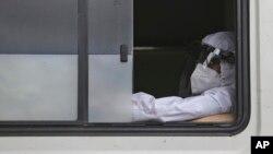 Arhiva, ilustrcija: Zdravstveni radnik tokom pandemije koronavirusa (AP Photo/Mahesh Kumar A.)