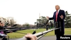 도널드 트럼프 미국 대통령이 28일 백악관 정원에서 기자들의 질문에 대답하고 있다.