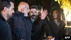 12 Kasım 2019 - Gazeteci ve yazar Ahmet Altan, Kadıköy'de tutuklanmadan hemen önce kızı Senem Altan'a el sallıyor.