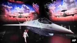 20일 러시아 모스크바의 국제 항공우주 박람회 'MAKC-2021'에서 항공기 업체 수호이가 신형 전투기 '체크메이트' 시제품을 선보였다.