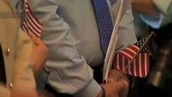 美国人庆祝独立日之际 新公民在财长引领下宣誓入籍