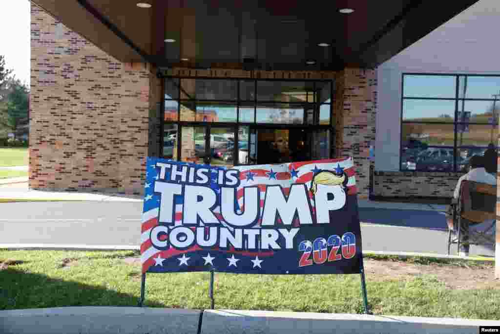 Un cartel de campaña del presidente de Estados Unidos, Donald Trump, se ve el día de las elecciones en Cherryville, Pensilvania, el 3 de noviembre de 2020.