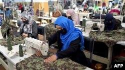خواتین کو ایک فیکٹری میں ملازمت دی گئی ہے (اے ایف پی)