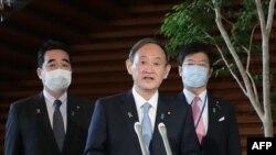 스가 요시히데 일본 총리가 12일 조 바이든 미국 민주당 대통령 후보와 통화한 후 도쿄 총리관저에서 기자들에게 입장을 밝혔다.