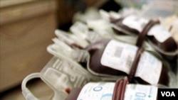 Упаковки с плазмой, извлеченной из крови, Сеул, Южная Корея