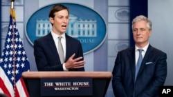 رابرت اوبرایان مشاور امنیت ملی ایالات متحده (سمت راست) و جرد کوشنر مشاور ارشد پرزیدنت ترامپ (عکس آرشیوی است)