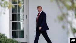 特朗普总统走向白宫椭圆形办公室。(2019年9月26日)