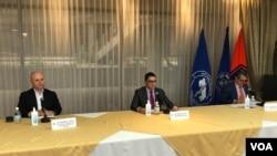 Los ministros de Seguridad, Michael Soto, (izq) y Salud, Daniel Salas (centro) explican en una conferencia por video la extensión del cierre de fronteras en Costa Rica, el 7 de mayo de 2020.
