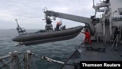 عملیات امداد و نجات برای یافتن اجساد سرنشینان و قطعات هواپیمای مسافربری در نزدیکی ساحل جاکارتا