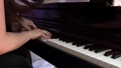 G'ildirakli sahnadagi pianinochilar