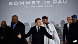Perezida w'Ubufaransa, Emmanuel Macron,hagati, ari kumwe na bagenzu ba G5 Sahel mu nama mu mujyi wa Pau mu Bufaransa, ku italiki ya 13 y'ukwa mbere 2020.