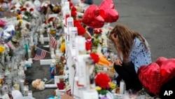 Glorija Garses kleči ispred spomenika žrtvama na mestu masovne pucnjave u El Pasu, 6. avgusta 2019.