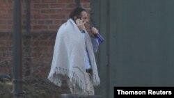 사퇴 압력을 받고 있는 앤드루 쿠오모 뉴욕 주지사가 12일 관저 뜰에서 누군가와 통화하고 있다.