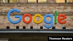 Una vista de un cartel encima de la entrada de la oficina de Google en Berlín, Alemania. [Archivo]