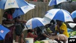 ជនភៀសខ្លួនរ៉ូហ៊ីងយ៉ាពួននៅក្រោមឆ័ត្រនៅពេលភ្លៀងធ្លាក់មួយនៅក្នុងជំរំភៀសខ្លួន Kutupalong ក្នុងក្រុង Cox's Bazar ប្រទេសបង់ក្លាដែស កាលពីថ្ងៃទី១២ ខែកញ្ញា ឆ្នាំ២០១៩។