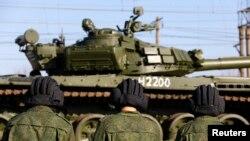 ລົດຖັງ T-72B ທີ່ລໍຖ້າຍ້າຍອອກຈາກກລົດໄຟ ຫຼັງຈາກໄດ້ໄປເຖິງສະຖານີລົດໄຟ ທີ່ເຂດຄຣາຍເມຍ.