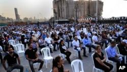 Para kerabat para korban yang ewas dalam ledakan hebat tahun lalu di pelabuhan Beirut, memegang foto korban dalam peringatan satu tahun tragedi itu, di pelabuhan Beirut, Lebanon, Rabu, 4 Agustus 2021.