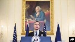 El Secretario de Estado Antony Blinken habla el lunes en el Departamento de Estado, horas antes de viajar a Bruselas.