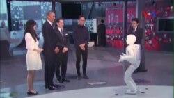 Tổng thống Obama đá bóng với chú robot mới của Honda