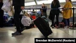 ARHIVA - Putnici na aerodromu (Foto: REUTERS/Brendan McDermid)