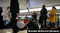 Les voyageurs traversent la zone d'embarquement pendant la ruée vers les vacances de Thanksgiving à la gare de Penn Station à New York, le 27 novembre 2019.