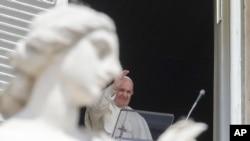 Papa Franja blagosiljao je vernike sa prozora iznad Trga Svetog Petra u Vatikanu, 18. aprila 2021.