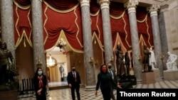 ປະທານສະພາຕ່ຳ ທ່ານນາງແນນຊີ ເພໂລຊີ ກຳລັງຍ່າງໄປປະຊຸມ ຢູ່ໃນຫໍລັດຖະສະພາ ຫຼື Capitol Hill ຂອງສະຫະລັດ.