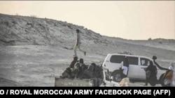 Des membres du Front Polisario quittent leur campement près de la frontière mauritanienne à Guerguerat, au Sahara occidental, sur la route menant à la Mauritanie, le 13 novembre 2020.