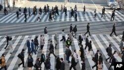 13일 일본 도쿄에서 마스크를 쓴 시민들.