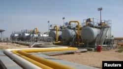 Arhiva -- Pogled na rafineriju nafte na naftnim poljima Al Džbesa, u gradu Al Šadadeh, u oblasti Al Hasakah, sirija, 1. aprila 2010.