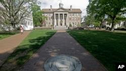 Trotoar mengarah ke Gedung Selatan di kampus Universitas The North Carolina di Chapel Hill, 20 April 2015. (Foto: AP)